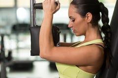 Θωρακικές ασκήσεις κατάρτισης γυναικών σε μια μηχανή πεταλούδων Στοκ εικόνα με δικαίωμα ελεύθερης χρήσης