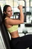 Θωρακικές ασκήσεις κατάρτισης γυναικών σε μια μηχανή πεταλούδων Στοκ Εικόνα