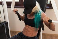 Θωρακικές ασκήσεις σε μια μηχανή Στοκ φωτογραφίες με δικαίωμα ελεύθερης χρήσης