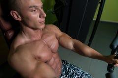 Θωρακικές ασκήσεις σε μια μηχανή Στοκ Φωτογραφία