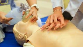 Θωρακικοί συμπίεση και ambubag εξαερισμός κατά τη διάρκεια CPR που εκπαιδεύει τα WI στοκ φωτογραφία με δικαίωμα ελεύθερης χρήσης