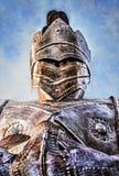 Θωρακισμένος ιππότης που κοιτάζει κάτω από το μπλε ουρανό Στοκ Εικόνες