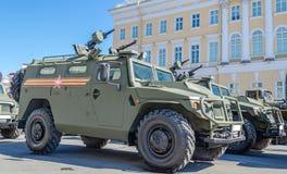 Θωρακισμένο στρατιωτικό όχημα με τα όπλα στην οδό Στοκ φωτογραφία με δικαίωμα ελεύθερης χρήσης