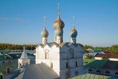 Θόλοι της εκκλησίας του savior--εμπορίου πέρα από τις στέγες της παλαιάς πόλης μεγάλο rostov στοκ φωτογραφία με δικαίωμα ελεύθερης χρήσης