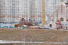 Θόλοι της εκκλησίας Nikolskaya κάτω από την οικοδόμηση στο υπόβαθρο των κατοικημένων κτηρίων στη Μόσχα στοκ φωτογραφία