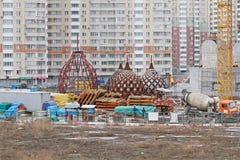 Θόλοι της εκκλησίας Nikolskaya κάτω από την οικοδόμηση στο υπόβαθρο των κατοικημένων κτηρίων στη Μόσχα στοκ εικόνες με δικαίωμα ελεύθερης χρήσης