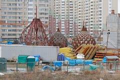Θόλοι της εκκλησίας Nikolskaya κάτω από την οικοδόμηση στο υπόβαθρο των κατοικημένων κτηρίων στη Μόσχα στοκ εικόνες