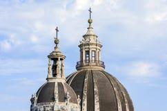 Θόλοι του καθεδρικού ναού που αφιερώνεται σε Άγιο Agatha Η άποψη της πόλης της Κατάνια, Σικελία, Ιταλία στοκ φωτογραφίες με δικαίωμα ελεύθερης χρήσης