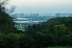Θόλοι του μοναστηριού Vydubychi στο υπόβαθρο των νέων κτηρίων στο μπλε σούρουπο, Kyiv, Ουκρανία στοκ φωτογραφίες με δικαίωμα ελεύθερης χρήσης
