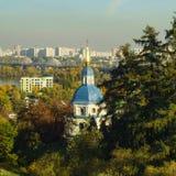 Θόλοι του μοναστηριού Vydubychi στο υπόβαθρο των νέων κτηρίων το φθινόπωρο, Κίεβο, Ουκρανία στοκ φωτογραφίες με δικαίωμα ελεύθερης χρήσης