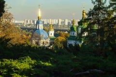 Θόλοι του μοναστηριού Vydubychi στο υπόβαθρο των νέων κτηρίων το φθινόπωρο, Κίεβο, Ουκρανία στοκ εικόνες με δικαίωμα ελεύθερης χρήσης