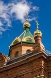 Θόλοι του ST James ο δίκαιος ναός ενάντια στον ουρανό στοκ εικόνες