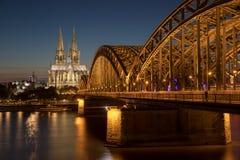 Θόλος γεφυρών της Κολωνίας τή νύχτα στοκ εικόνες με δικαίωμα ελεύθερης χρήσης
