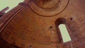 Θόλος της ελληνικής Ορθόδοξης Εκκλησίας του ST George που καταστρέφεται και που εγκαταλείπεται, κατώτατη άποψη απόθεμα βίντεο