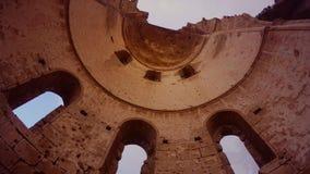 Θόλος της ελληνικής Ορθόδοξης Εκκλησίας του ST George που καταστρέφεται και που εγκαταλείπεται, κατώτατη άποψη φιλμ μικρού μήκους