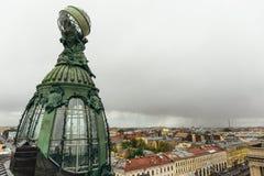 Θόλος χαλκού του κτηρίου της επιχείρησης Zinger στη λεωφόρο Nevsky στην Άγιος-Πετρούπολη Στοκ Εικόνες