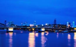Θόριο της Μπανγκόκ γεφυρών Phra Phuttha Yodfa τοπίων νύχτας κινήσεων θαμπάδων Στοκ Εικόνες