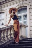 θόρυβος κόκκινος τρύγος ύφους κρίνων απεικόνισης Όμορφη κομψή γυναίκα στο καπέλο υπαίθριο FA Στοκ φωτογραφία με δικαίωμα ελεύθερης χρήσης