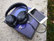 Θόρυβος που ακυρώνει τα ακουστικά Χρησιμεύστε να καταστείλετε τον εξωτερικό θόρυβο στοκ εικόνα