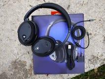 Θόρυβος που ακυρώνει τα ακουστικά Χρησιμεύστε να καταστείλετε τον εξωτερικό θόρυβο στοκ εικόνες