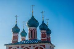 Θόλοι εκκλησιών σε ένα υπόβαθρο μπλε ουρανού στοκ φωτογραφία
