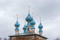 Θόλοι εκκλησιών σε ένα υπόβαθρο μπλε ουρανού στοκ φωτογραφίες με δικαίωμα ελεύθερης χρήσης