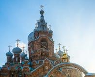 Θόλοι εκκλησιών σε ένα υπόβαθρο μπλε ουρανού στοκ εικόνες