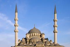 Θόλοι και μιναρή του νέου μουσουλμανικού τεμένους στη Ιστανμπούλ στοκ εικόνες