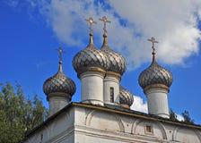 Θόλοι μιας παλαιάς ορθόδοξης ρωσικής εκκλησίας στοκ εικόνες με δικαίωμα ελεύθερης χρήσης