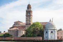 Θόλοι πύργων και εκκλησιών κουδουνιών τούβλου στη Βενετία στοκ εικόνες