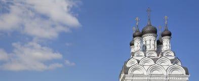 Θόλοι της εκκλησίας Annunciation της ευλογημένης Virgin σε Tayninskom Περιοχή της Μόσχας, πόλη Mytishchi, στοκ εικόνες