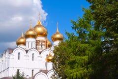 Θόλοι του καθεδρικού ναού υπόθεσης σε Yaroslavl στοκ φωτογραφίες με δικαίωμα ελεύθερης χρήσης