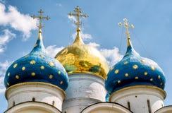 Θόλοι του καθεδρικού ναού υπόθεσης στην τριάδα Sergius Lavra, Russ στοκ εικόνα