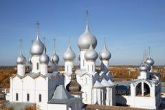 Θόλοι του καθεδρικού ναού υπόθεσης, της εκκλησίας της αναζοωγόνησης και του πύργου κουδουνιών στο Ροστόφ Κρεμλίνο στοκ φωτογραφίες