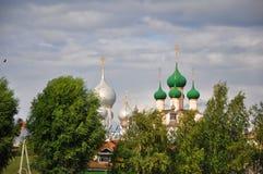 Θόλοι των εκκλησιών του Κρεμλίνου στο Ροστόφ ο μεγάλος στοκ εικόνες