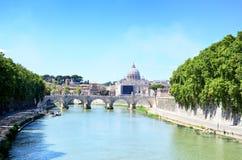 Θόλος Βατικάνου του SAN Pietro και Ponte Sant& x27 Angelo, Ιταλία Στοκ Φωτογραφία