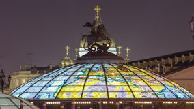 Θόλος γυαλιού που στέφεται από ένα άγαλμα Αγίου George απόθεμα βίντεο