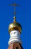 Θόλος εκκλησιών με έναν σταυρό ενάντια, μπλε ουρανός Στοκ Εικόνα