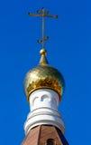 Θόλος εκκλησιών με έναν σταυρό ενάντια, μπλε ουρανός Στοκ φωτογραφίες με δικαίωμα ελεύθερης χρήσης