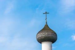 Θόλος εκκλησιών με το σταυρό ενάντια σε έναν μπλε ουρανό Στοκ Εικόνα
