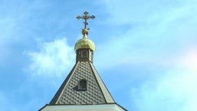 Θόλος με έναν σταυρό ενός ορθόδοξου ναού ενάντια στον ουρανό με τα σύννεφα απόθεμα βίντεο