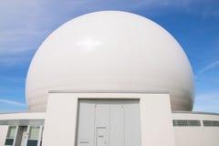 Θόλος του επίγειου ραντάρ σταθμών ραδιοεντόπισης για τις ραδιο δορυφορικές επικοινωνίες Στοκ φωτογραφίες με δικαίωμα ελεύθερης χρήσης