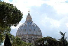 Θόλος του ST Peter στο πράσινο των δέντρων και ο μπλε ουρανός στη Ρώμη, Ital στοκ φωτογραφίες με δικαίωμα ελεύθερης χρήσης