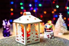 Θόλος χιονιού Santa και διακόσμηση φαναριών πεύκων Χριστουγέννων στοκ φωτογραφία με δικαίωμα ελεύθερης χρήσης