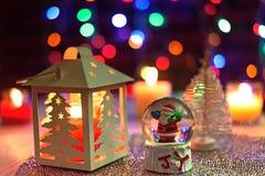 Θόλος χιονιού Santa και διακόσμηση φαναριών πεύκων Χριστουγέννων στοκ φωτογραφία