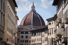 Θόλος Brunelleschi από τη στο κέντρο της πόλης οδό στη Φλωρεντία Στοκ Εικόνα