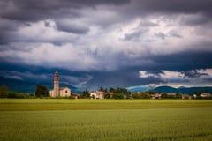 Θύελλα βραδιού πέρα από το μεσαιωνικό χωριό Στοκ Εικόνες