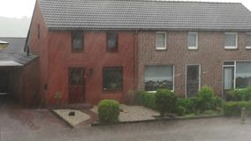 Θύελλα δυνατής βροχής με το χαλάζι σε ένα μικρό χωριό στις Κάτω Χώρες, θυελλώδης καιρός, ολλανδικό κλίμα φιλμ μικρού μήκους