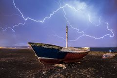 Θύελλα πέρα από τις εγκαταλειμμένες βάρκες στοκ φωτογραφίες