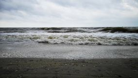 Θύελλα στην παραλία Μεγάλα γκρίζα κύματα και δροσερός καιρός απόθεμα βίντεο